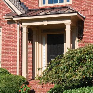 Foto di un portico classico davanti casa con un tetto a sbalzo