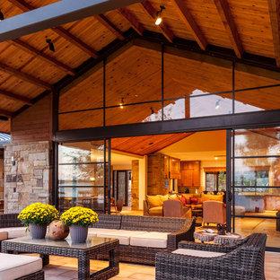 Immagine di un portico stile marino con un tetto a sbalzo