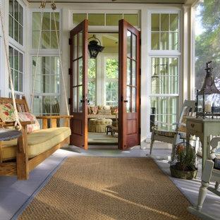 Diseño de porche cerrado marinero, de tamaño medio, en patio trasero, con entablado