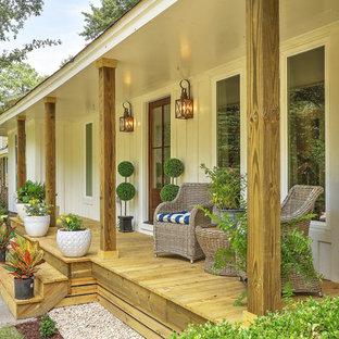 Immagine di un portico country davanti casa con pedane e un tetto a sbalzo
