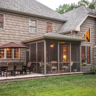 Стильный дизайн: веранда среднего размера на заднем дворе в стиле рустика с крыльцом с защитной сеткой, мощением тротуарной плиткой и навесом - последний тренд