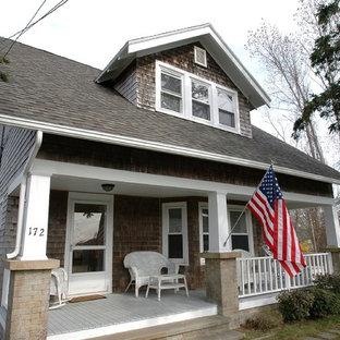 Immagine di un portico stile americano con pedane e un tetto a sbalzo