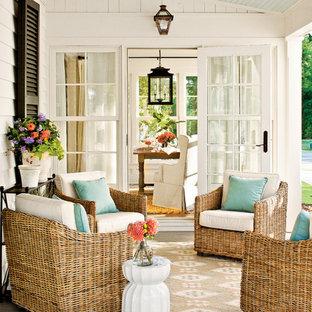 Ejemplo de terraza de estilo de casa de campo, en anexo de casas, con entablado