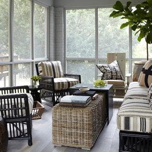 Diseño de porche cerrado clásico renovado, pequeño, en patio lateral y anexo de casas, con suelo de baldosas