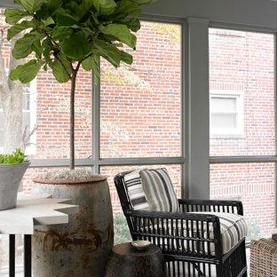 Ejemplo de porche cerrado tradicional renovado, pequeño, en patio lateral y anexo de casas, con suelo de baldosas