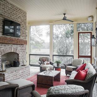 Imagen de porche cerrado de estilo de casa de campo, en anexo de casas, con adoquines de ladrillo