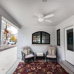 Immagine di un portico boho chic di medie dimensioni e dietro casa con lastre di cemento e un tetto a sbalzo