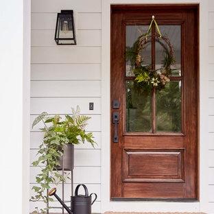 Idéer för en mellanstor lantlig veranda framför huset, med trädäck och takförlängning