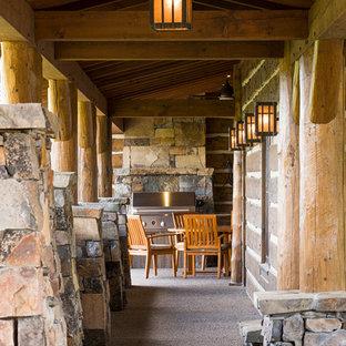 Idee per un portico stile rurale di medie dimensioni e nel cortile laterale con pavimentazioni in cemento e un tetto a sbalzo