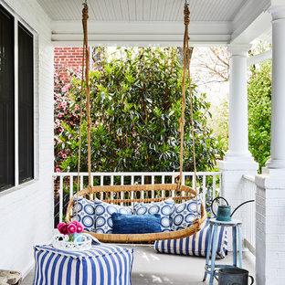 Foto di un portico stile marinaro davanti casa con pedane e un tetto a sbalzo