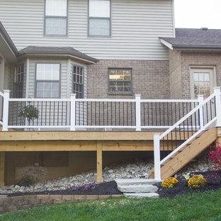 Immagine di un portico chic di medie dimensioni e dietro casa con pedane, un portico chiuso e un tetto a sbalzo
