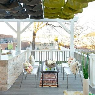 Foto di un portico chic dietro casa con un focolare e pedane