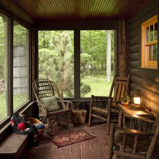 Immagine di un portico rustico con pedane, un tetto a sbalzo e un portico chiuso