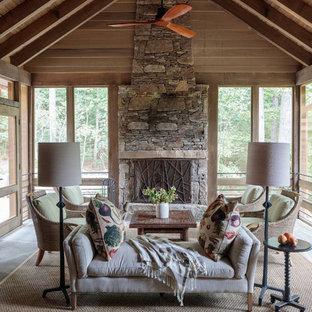 Idéer för att renovera en rustik innätad veranda, med kakelplattor och takförlängning