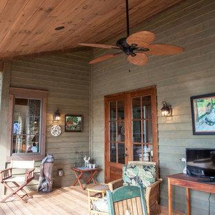 Esempio di un ampio portico american style dietro casa con pedane