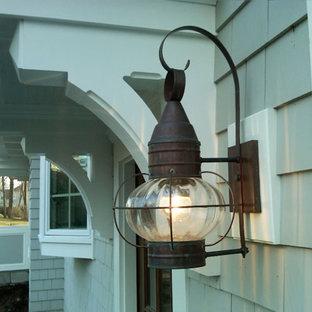 Ispirazione per un portico chic di medie dimensioni e nel cortile laterale con un tetto a sbalzo