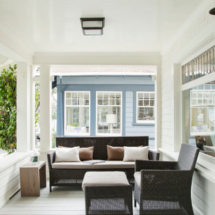 Inspiration for a beach style front porch remodel in Los Angeles