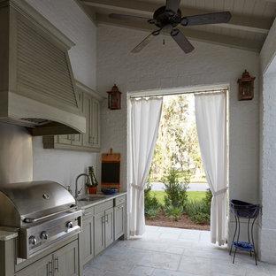Diseño de terraza tradicional renovada, de tamaño medio, en patio delantero y anexo de casas, con cocina exterior y adoquines de piedra natural