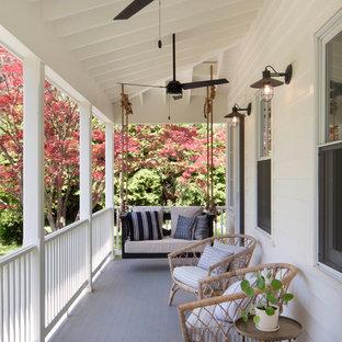 Idee per un portico country con pedane e un tetto a sbalzo