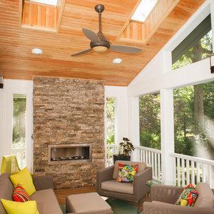 Bild på en stor funkis innätad veranda, med trädäck och takförlängning