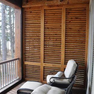 Idéer för en mellanstor klassisk innätad veranda på baksidan av huset