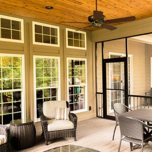 Ispirazione per un portico chic di medie dimensioni e dietro casa con un portico chiuso e un tetto a sbalzo