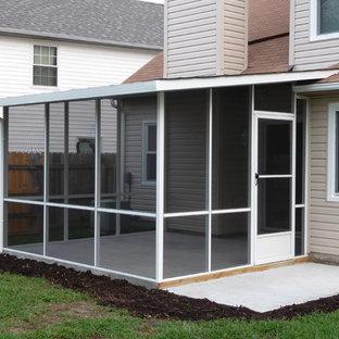 Idee per un piccolo patio o portico chic dietro casa con un portico chiuso, lastre di cemento e un tetto a sbalzo