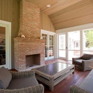 Esempio di un grande patio o portico classico dietro casa con un portico chiuso