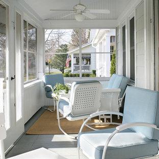Esempio di un portico stile marinaro davanti casa e di medie dimensioni con pedane, un tetto a sbalzo e un portico chiuso