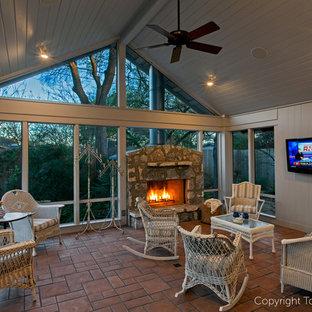 Diseño de porche cerrado tradicional renovado, de tamaño medio, en anexo de casas y patio trasero, con adoquines de ladrillo