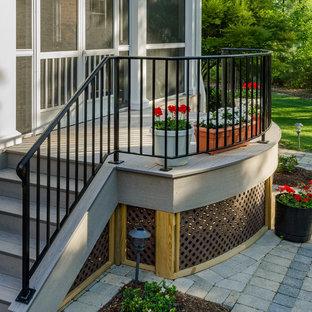 Idee per un portico american style di medie dimensioni e dietro casa con un portico chiuso, un tetto a sbalzo e pedane