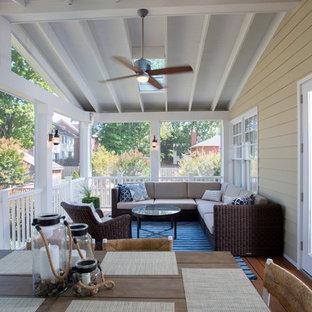Imagen de porche cerrado tradicional, grande, en patio trasero y anexo de casas, con entablado