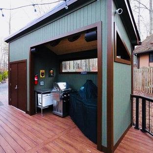 Cette image montre un très grand porche arrière design avec une moustiquaire et une extension de toiture.