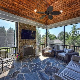 Idee per un portico stile rurale di medie dimensioni e dietro casa con un portico chiuso, pavimentazioni in pietra naturale e un tetto a sbalzo