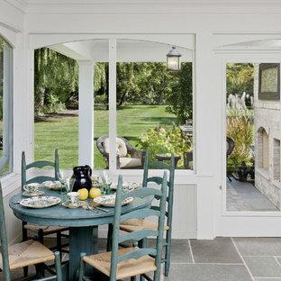 Ispirazione per un portico chic nel cortile laterale e di medie dimensioni con un portico chiuso, pavimentazioni in pietra naturale e un tetto a sbalzo
