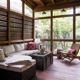 Diseño de porche cerrado clásico renovado, pequeño, en patio trasero y anexo de casas, con entablado