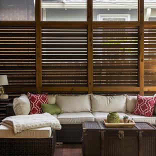Foto de porche cerrado clásico renovado, pequeño, en patio trasero y anexo de casas, con entablado