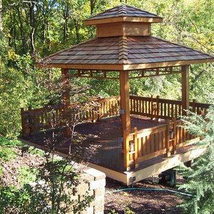 Cette photo montre un porche arrière asiatique de taille moyenne avec une pergola.