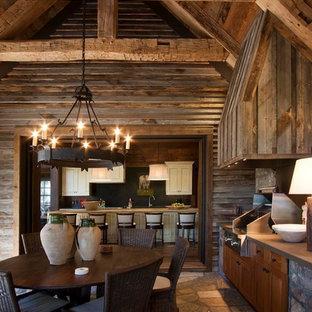 Réalisation d'un porche avec une cuisine extérieure chalet avec des pavés en pierre naturelle et une extension de toiture.