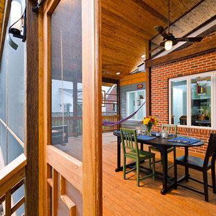 Idee per un portico etnico di medie dimensioni con un portico chiuso, pedane e un tetto a sbalzo