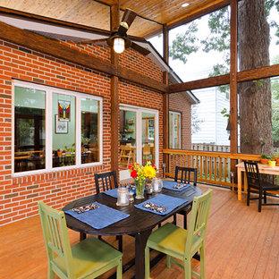 Inspiration pour un porche asiatique de taille moyenne avec une moustiquaire et une extension de toiture.
