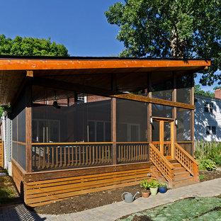 Esempio di un portico etnico di medie dimensioni con pedane, un tetto a sbalzo e un portico chiuso
