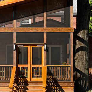 Immagine di un portico etnico di medie dimensioni con un portico chiuso, pedane e un tetto a sbalzo