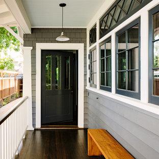Inredning av en amerikansk veranda framför huset, med trädäck
