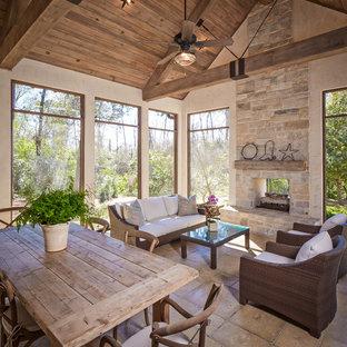 Inspiration för en vintage veranda, med en öppen spis och takförlängning