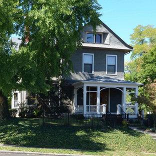 Ispirazione per un portico vittoriano di medie dimensioni e davanti casa con pedane e un tetto a sbalzo