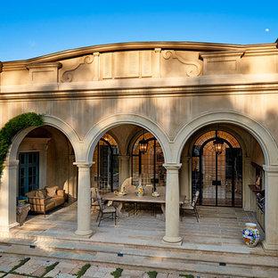 Идея дизайна: огромная веранда на заднем дворе в средиземноморском стиле с летней кухней, покрытием из каменной брусчатки и навесом