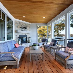 Immagine di un ampio portico stile marino dietro casa con un portico chiuso e pedane