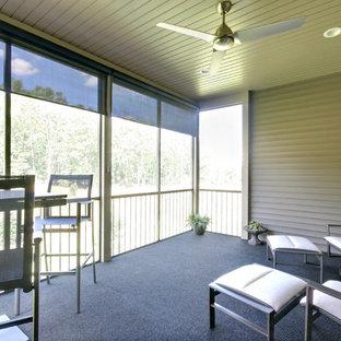 Immagine di un piccolo portico design dietro casa con un portico chiuso e un tetto a sbalzo