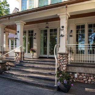 Ispirazione per un grande portico stile marinaro dietro casa con un giardino in vaso, cemento stampato e un tetto a sbalzo